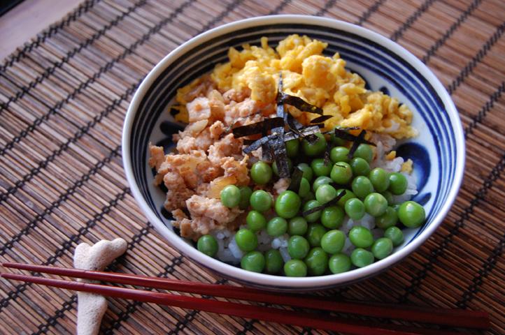 グリーンピースの3色丼