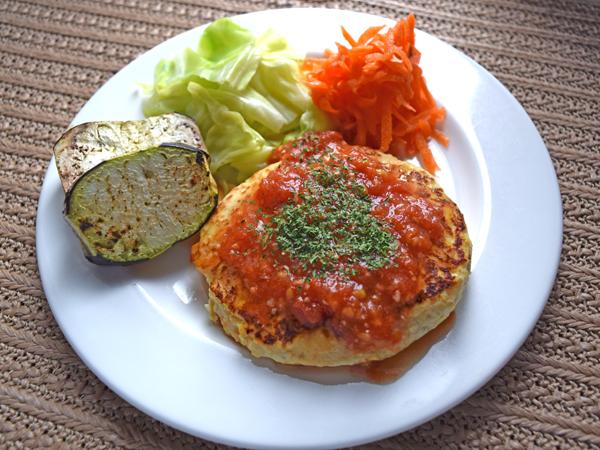 豆腐ハンバーグ トマト味噌ソース添え
